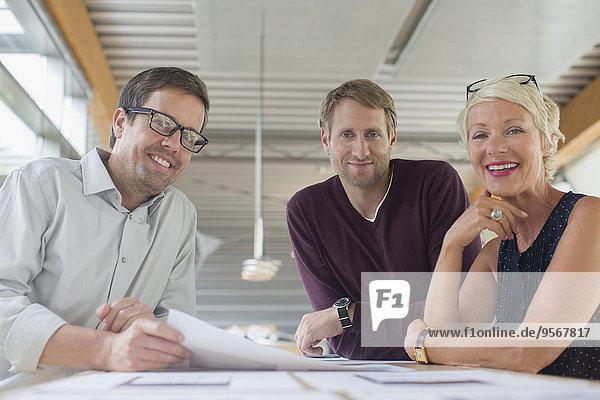 Geschäftsleute lächeln im Büromeeting