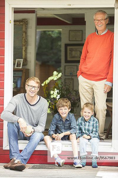 Brüder lächeln mit Vater und Großvater