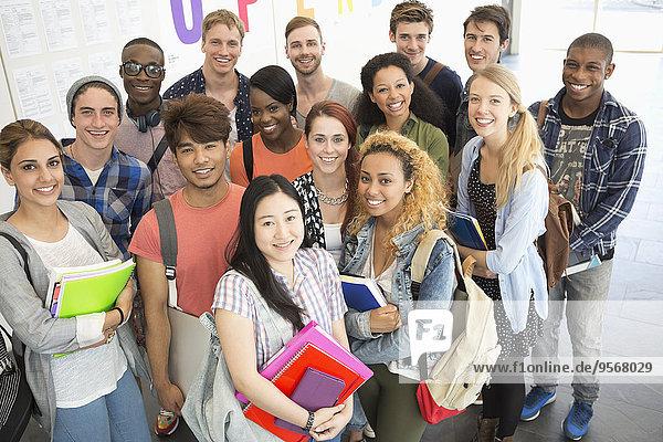 Gruppenporträt der zusammenstehenden Studenten im Flur
