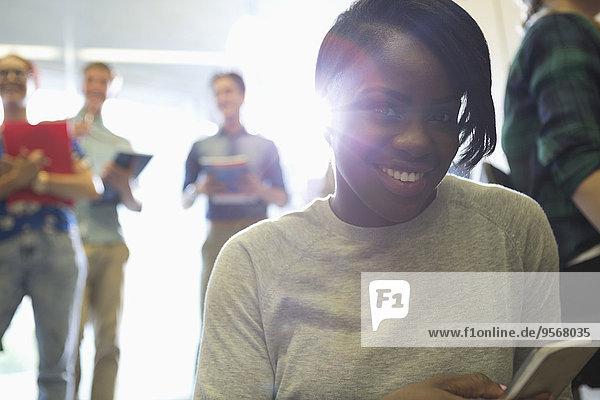 Porträt der Studentinnen und Studenten im Korridor