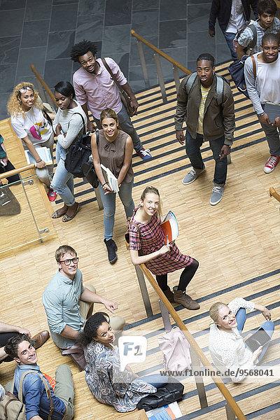 Porträt von Studenten  die auf der Treppe stehen