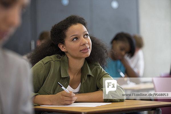 Universitätsstudent schaut während der Prüfung nach oben