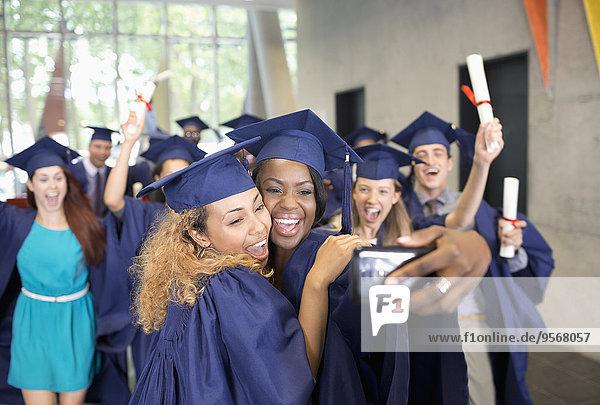 Studenten  die sich nach der Abschlussfeier selbstständig machen.