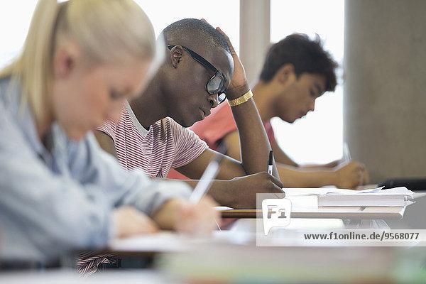 Universitätsstudenten  die die Prüfung ablegen