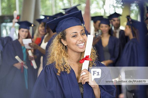 Porträt eines Studenten nach der Abschlussfeier