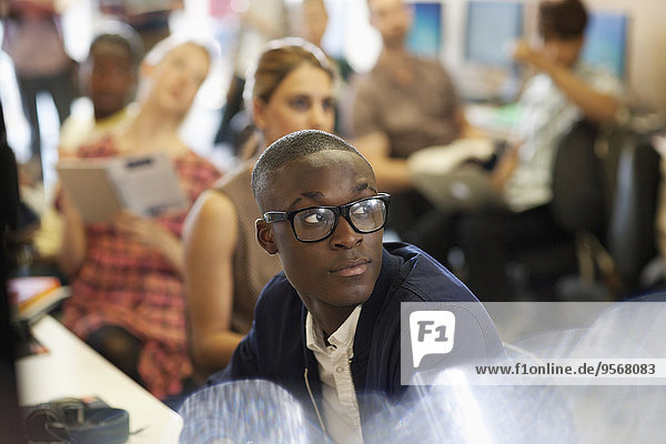 Universitätsstudent hört IT-Seminar  Studenten sitzen im Hintergrund