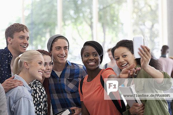 Universitätsstudenten  die sich in der Pause im Flur aufhalten