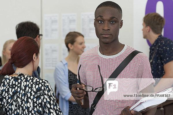 Studentin mit Brille und Blick auf die Kamera