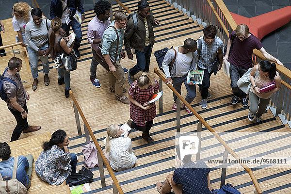 Erhöhter Blick auf Studenten  die die Treppe hinauf und hinunter gehen