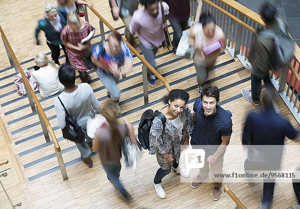 Schüler stehen auf dem Flur und schauen in der Pause auf die Kamera.