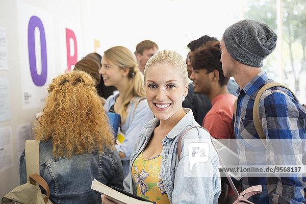 Lächelnde Studentin mit Blick auf die Kamera