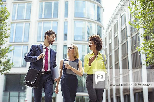Geschäftsleute beim Gehen und Reden im Freien
