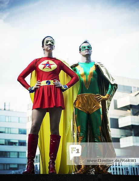 Superhelden auf dem Dach der Stadt