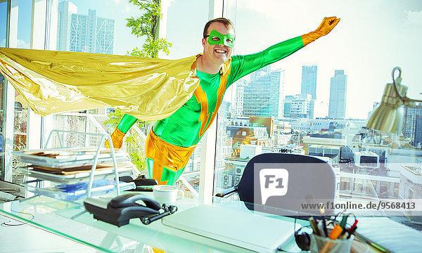 Superheld fliegt im Büro