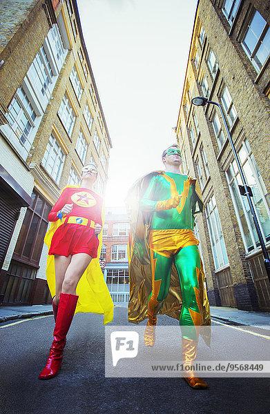 Blick auf das Superheldenpaar  das auf der Stadtstraße läuft