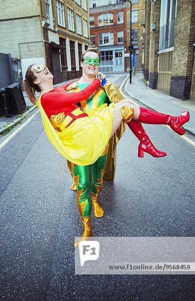 Superheld mit Ehefrau auf der Stadtstraße