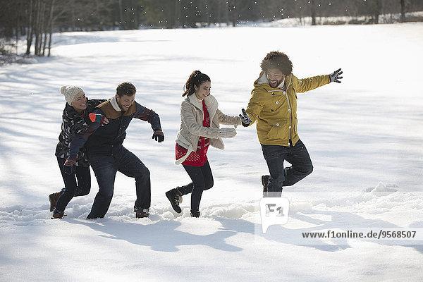 Freunde spielen im Schnee