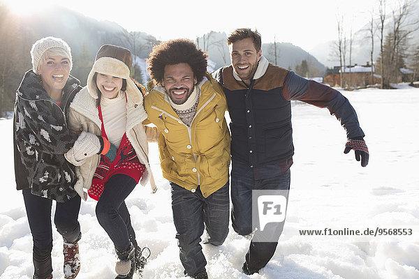 Freunde beim Laufen im Schnee