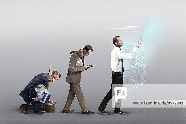 Drei Geschäftsmänner durchlaufen die Evolution mobiler Kommunikation