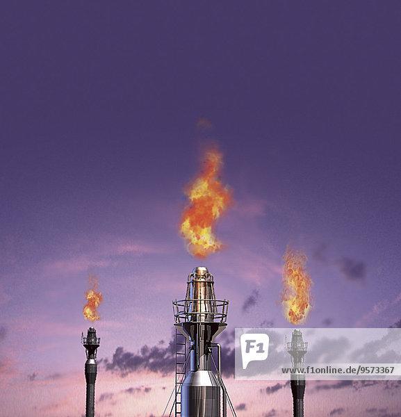 Gasflammen aus Raffinerie-Schornsteinen