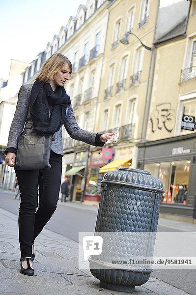 junge Frau junge Frauen werfen Abfall