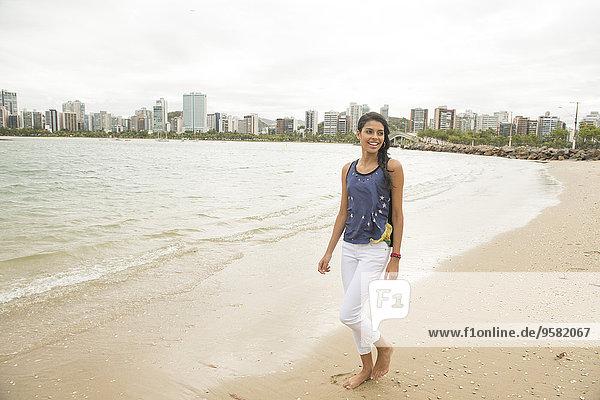 Städtisches Motiv Städtische Motive Straßenszene Frau lächeln gehen Strand