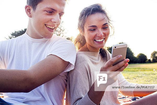 Handy Außenaufnahme benutzen Europäer freie Natur