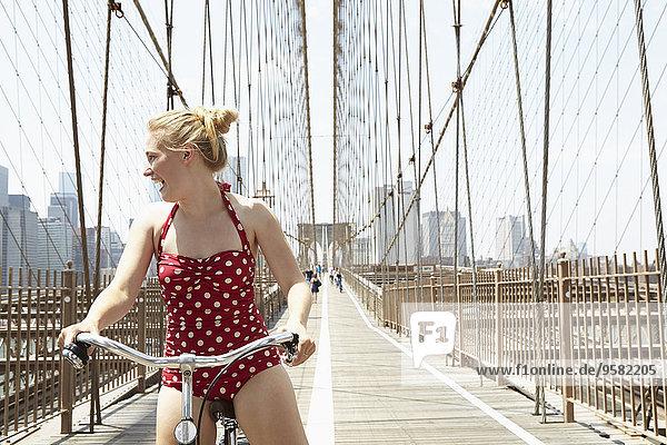 Städtisches Motiv Städtische Motive Straßenszene Frau Vereinigte Staaten von Amerika USA lächeln Brücke New York City Städtisches Motiv,Städtische Motive,Straßenszene,Frau,Vereinigte Staaten von Amerika,USA,lächeln,Brücke,New York City