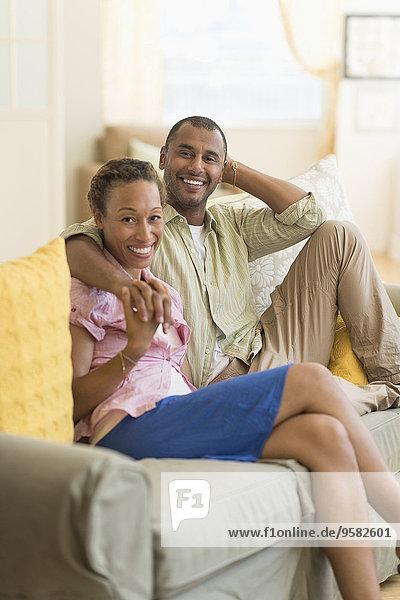 Couch lächeln Zimmer Wohnzimmer