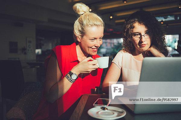 benutzen Frau Computer Notebook Cafe