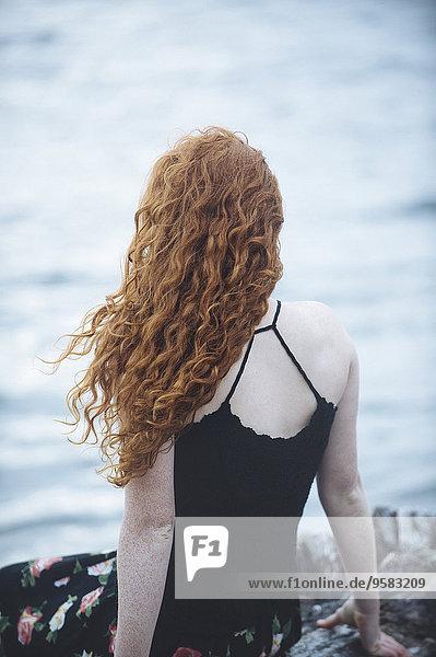 sitzend Strand Rückansicht Ansicht Mädchen