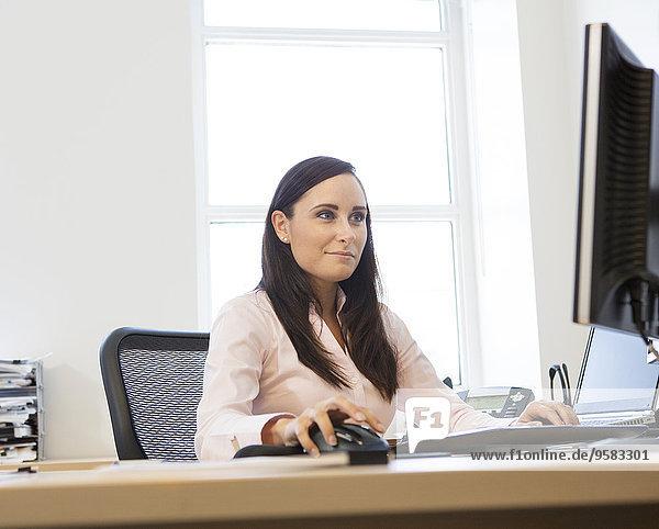 Europäer Geschäftsfrau Computer Schreibtisch arbeiten