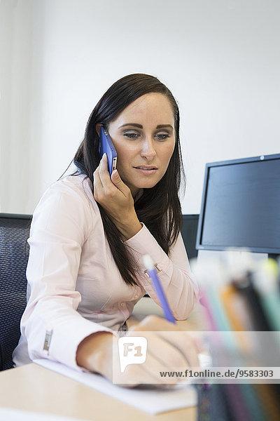 Handy Europäer Geschäftsfrau Schreibtisch nehmen
