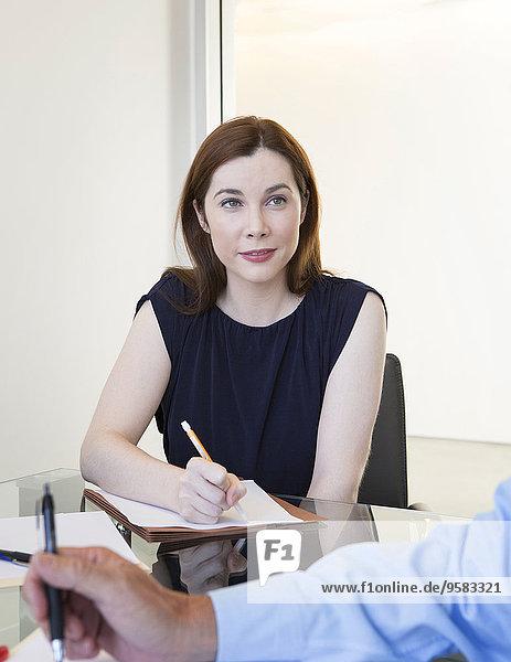 Europäer Geschäftsfrau Schreibtisch nehmen Büro