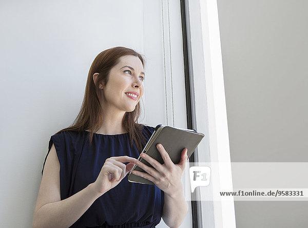 benutzen Europäer Geschäftsfrau Fenster Büro Tablet PC