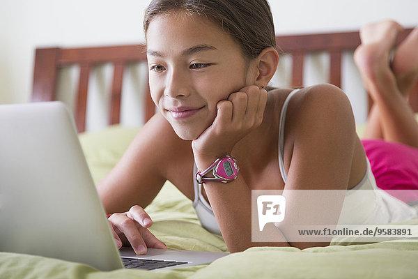 benutzen Notebook Bett mischen Mädchen Mixed