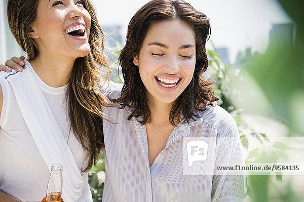 Außenaufnahme Frau lachen Hispanier freie Natur