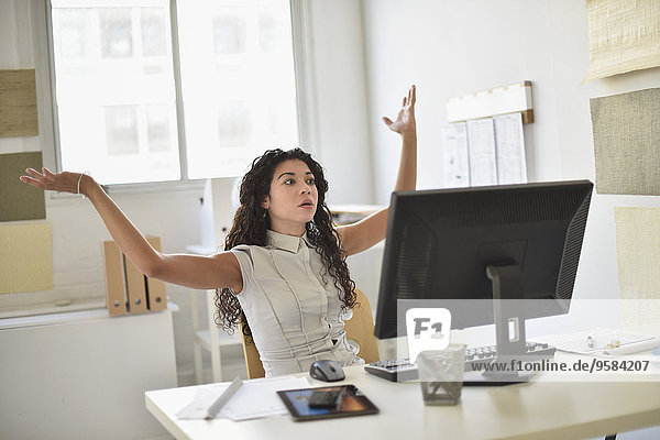 Geschäftsfrau Computer Schreibtisch Enttäuschung mischen Büro Mixed