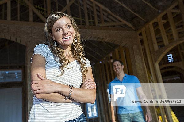 bauen Europäer Frau lächeln unterhalb Interior zu Hause