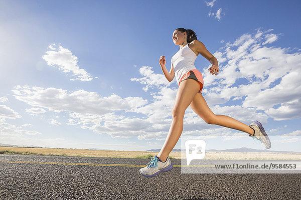 niedrig Europäer Frau rennen Fernverkehrsstraße Ansicht Flachwinkelansicht Winkel