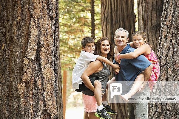 tragen Menschliche Eltern Wald huckepack