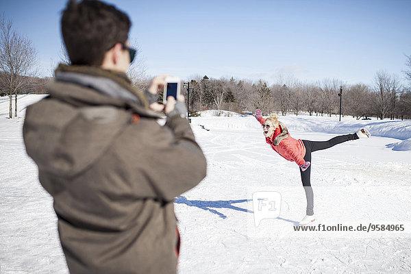 Europäer Mann Freundin Fotografie nehmen See Eis gefroren