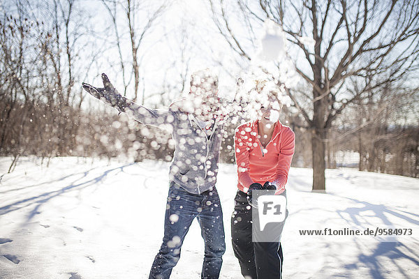Europäer werfen Schneeball