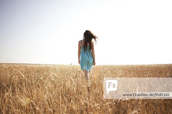 Ländliches Motiv ländliche Motive Europäer Frau gehen Feld
