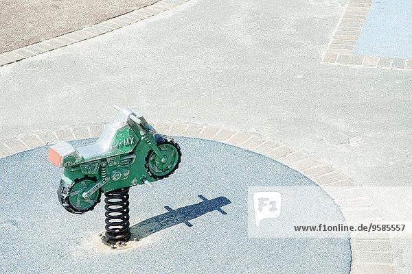 hoch oben Spielzeug Spielplatz Ansicht Flachwinkelansicht Motorrad Winkel