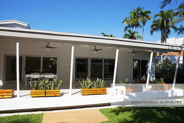 Wohnhaus Pflanze Veranda Markise modern