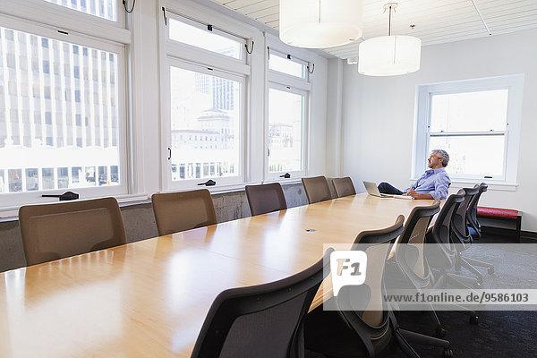 sitzend Geschäftsmann Geschäftsbesprechung Zimmer Tisch Konferenz
