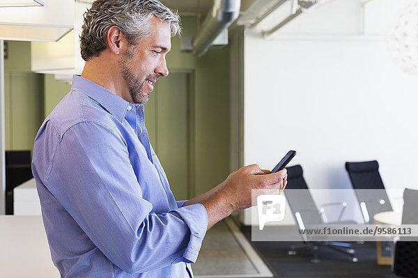 Handy benutzen Europäer Geschäftsmann Büro