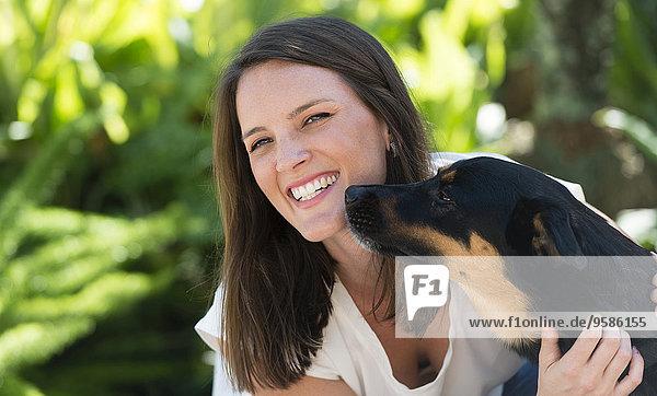 Außenaufnahme Europäer Frau Hund freie Natur spielen