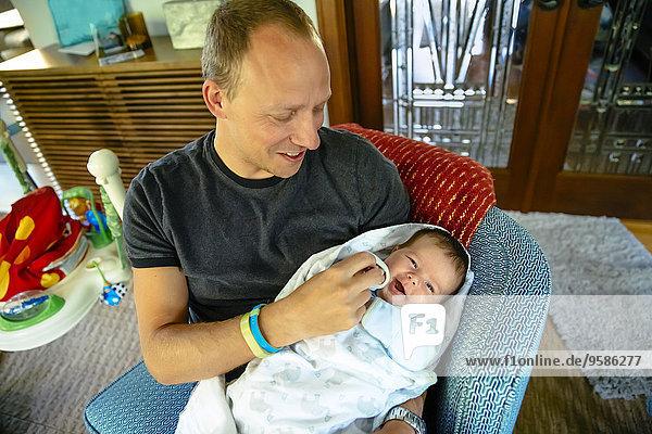 Europäer Junge - Person Menschlicher Vater halten Sessel Baby